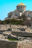 Orthodoxe kirche und die ruinen einer alten stadt — Stockfoto