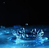 Water splash in blauwe kleur — Stockfoto