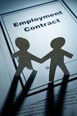 Hombres de cadena de papel y contrato de empleo — Foto de Stock