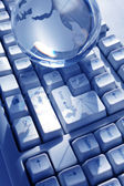 Globe och dator tangentbord — Stockfoto