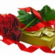 Scarlet roses with the golden gift box. — Stock Photo