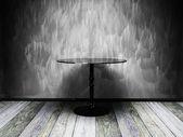 Czarny stół w stary tło wnętrze — Zdjęcie stockowe