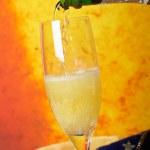 розлива шампанского на стекле — Стоковое фото