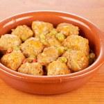 Fresh meatballs with peas — Stock Photo