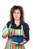 Huisvrouw openen een blauwe pan — Stockfoto
