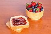 Dva toasty s džemem, borůvky a jahody — Stock fotografie