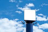 Prázdné billboard průběhu modrá obloha — Stock fotografie
