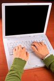 在笔记本电脑上工作的女子 — 图库照片