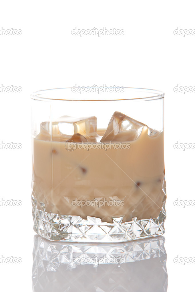 A whiskey cream glass with ice cubes, reflected on white background — Stok fotoğraf #6339968