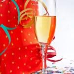 шампанское стекло с красным сумка — Стоковое фото