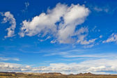 Heuvel onder de bewolkte hemel — Stockfoto