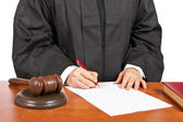 Female judge sign to blank court order — Stockfoto