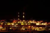Vista nocturna de una refinería petroquímica — Foto de Stock