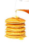 Gieten van siroop op het pannenkoekjes — Stockfoto