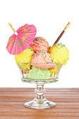 Multi smaak ijs glas met paraplu — Stockfoto
