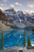 Wenkchemna Peaks and Moraine Lake — Foto de Stock