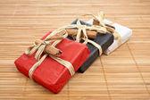 Drei geschenke auf bambusmatte — Stockfoto