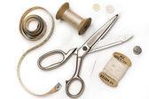 Sastre herramientas - tijeras, medición de la cinta, dedal, etc. - en blanco — Foto de Stock