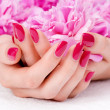 Pink manicure and flower — Stockfoto