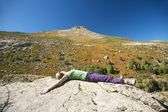 Ligga ner kvinna och peak — Stockfoto