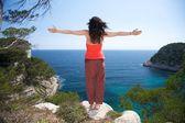 Vrouw bovenop op menorca — Stockfoto