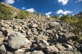 Sluttning full av stenar — Stockfoto