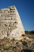 Kobieta o dole prehistoryczny monument — Zdjęcie stockowe