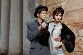 复古风格时尚的一对年轻夫妇的肖像. — 图库照片