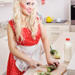 Woman cooking in kitchen — Stockfoto