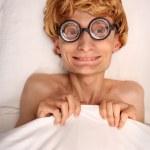 lustiger Kerl unter Decke — Stockfoto