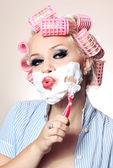 Aantrekkelijk meisje is scheren gezicht — Stockfoto