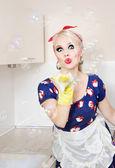 主婦のシャボン玉遊び — ストック写真