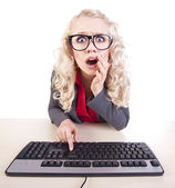 Shocked office worker at a computer — Stockfoto
