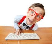 Zabawny facet przy komputerze — Zdjęcie stockowe