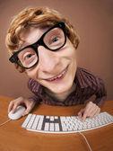 Drôle de type à l'ordinateur — Photo
