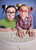 Tweelingzusjes op de computer — Stockfoto