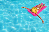 Frau am pool — Stockfoto