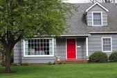 Uma entrada de porta vermelha. — Foto Stock