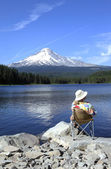 Relaxing at the edge of the lake, Oregon. — Stock Photo