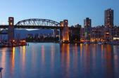 Burrard most w zmierzchu vancouver bc., Kanada. — Zdjęcie stockowe