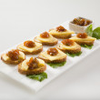 Bagel crisps with chutney and cheese - Stockfoto