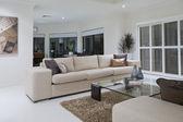 Luxuosa sala de estar com mesa de jantar ao fundo — Fotografia Stock