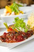 Plato asiático con carne, fideos y verduras — Foto de Stock