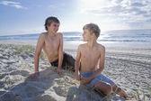 Dos jóvenes hermanos en la playa — Foto de Stock