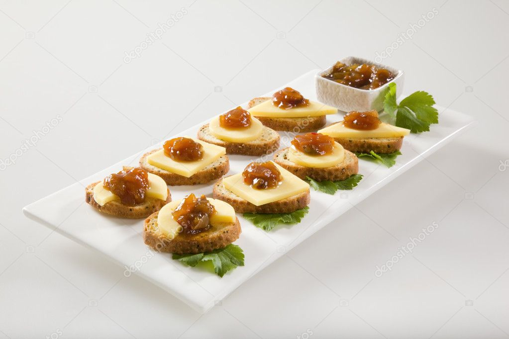 Bagel crisps with chutney and cheese — Stock Photo #5789973