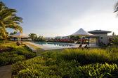 Poolområde med solstolar och parasoller — Stockfoto