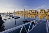 Maisons de bord de l'eau sur la rivière avec quai marina — Photo
