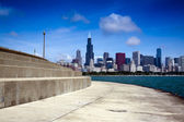 Bicycle path with downtown chicago in background — Stock Photo