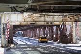 Городской стиль: Такси на мосту в центре города — Стоковое фото