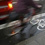 Постер, плакат: Cyclist in rain
